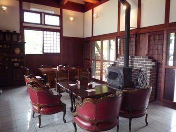 テーブル席は、大きな暖炉やアンティーク調の椅子が並びクラシカルな雰囲気。ゆったりと時間を忘れて過ごせそうですね。