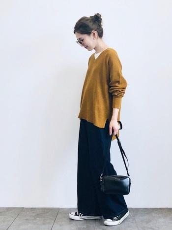 いつもグレーや黒、ベージュなどの定番デザインのセーターを着ているという方は、形は変えずに色だけ変えてみませんか?カラーニットにすると顔周りも明るくなり、自分も周りの人もポジティブな気持ちになれるでしょう。