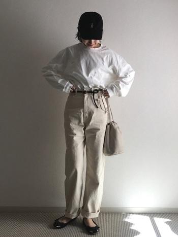 一見メンズライクなコーデにもフラットシューズを合わせて。足元を変えるだけで大人カジュアルにシフト。キャップや巾着バッグなどで遊びを加えつつ、大人っぽい足元でバランスを調整。