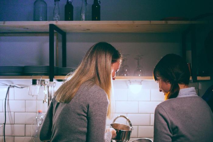 料理の腕前を活かすなら、自宅で料理教室を開いてみるのもおすすめです。実は料理教室の開業に資格は必要ありません。生徒さんさえ集まれば誰でも始められるので、試しにチャレンジしてみたいという人にぴったりなんです。さらにステップアップしたくなったら、薬膳や食育などの資格を取るのもいいですね。
