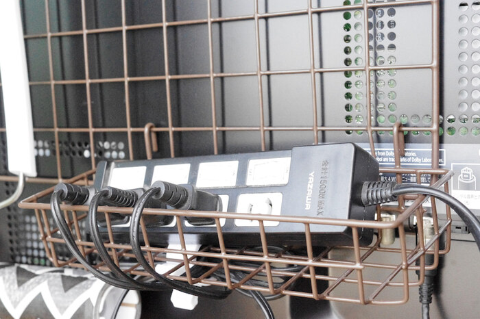 熱がこもることを避けたいコンセントタップの収納に使うブロガーさんも。配線をすき間から通すこともできるので便利ですね。  危険のないように気を付けながら、ごちゃつきがちなテレビ周りの配線やパソコン周りの配線をすっきりとまとめるのにも役立ちそうです。