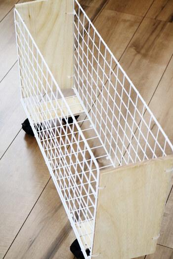 セリアで購入したというワイヤーネットと木板を使ってDIYした段ボールストッカー。 雑誌などを入れておくのにも役立ちそうですね。