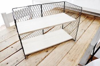 棚板は、セリアの木板をカットして使用。やすりで角をきれいにしてDIYで使うホッチキスのような道具「タッカー」で固定すればでき上がるそう。