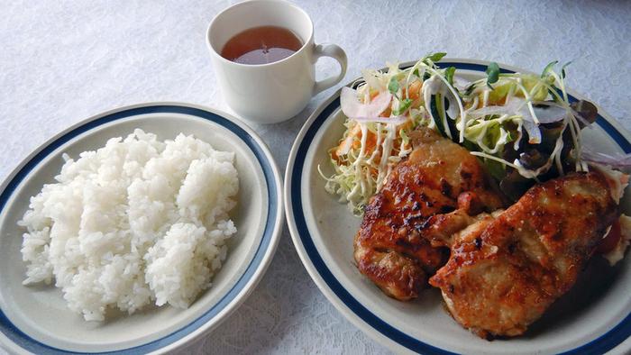 昔ながらの洋食メニューがそろっています。こちらは「チキン照り焼き」。香ばしい焼き色が食欲をそそりますね。ほかにも、ポークソテーや海老フライなどほっとする懐かしいお料理がいただけます。