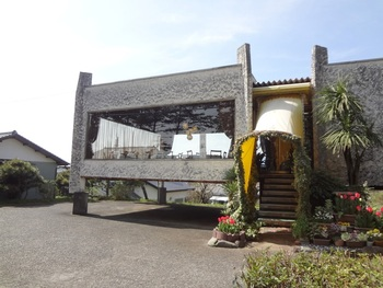 """「アサカ」は、静岡県三島市で""""絶景のレストランといえばここ!""""と言われるお店。どことなくレトロな大きなガラス張りの外観が目印です。"""