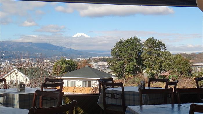 店内の大きな窓からは富士山を独り占め。雲がない日は、裾野まできれいに見えるんですよ。