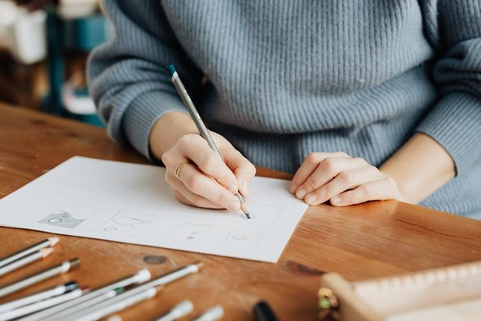 本格的な絵画からノートの隅っこに描くような落書きまで、一口に絵と言ってもその画風は様々。でも、世の中には絵を苦手とする人も多いので、簡単なイラストが描けるだけでも十分な特技だと言えます。ブログやSNSにショートコミックを投稿して大きな話題になる人もいますよね。