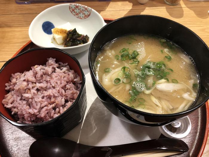 こちらは人気の「九州の豚汁セット」。茅乃舎だしと煮干しだしの合わせだしに、鹿児島県・霧島産豚肉の旨みが染みわたります。大根やにんじん、さつまいもなどお野菜もたっぷりですよ。