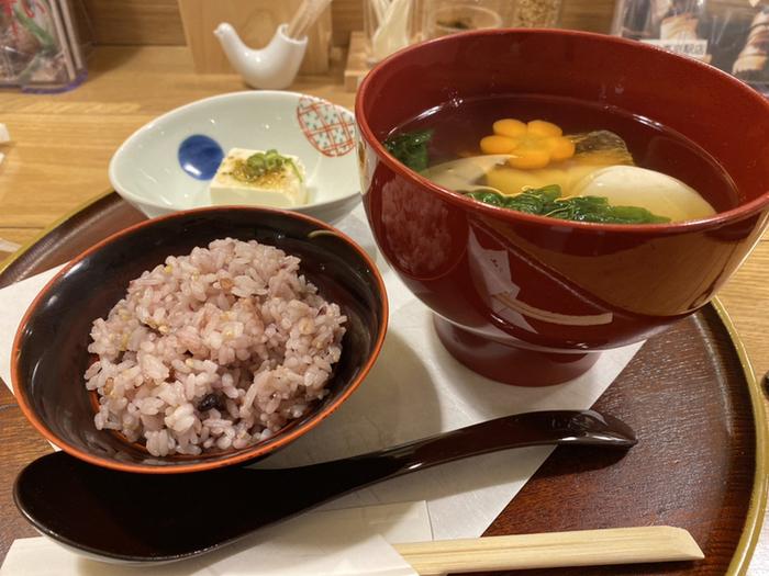 特に冬に食べたくなるのが、東京駅店限定の「博多雑煮セット」。博多のお雑煮は、焼きあごのすまし汁でいただくのが特徴です。具材は、出世魚のブリ、縁起ものとして九州で親しまれる勝男菜(かつお菜)に丸いおもちと具だくさん。すっきりとしたおだしは、上品な口当たりと評判です。