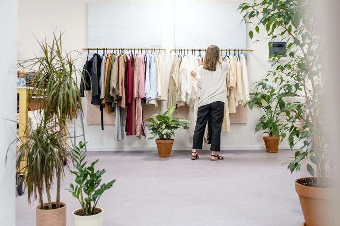 ファッション業界の仕事はいろいろありますが、最近注目を集めているのが顧客に合うコーディネートを提案する「パーソナルスタイリスト」です。特別な資格は必要なく、事務所に登録したり、フリーで休日だけ活動したりと働き方も様々。ファッションに対する情熱を人のために役立てられますよ。