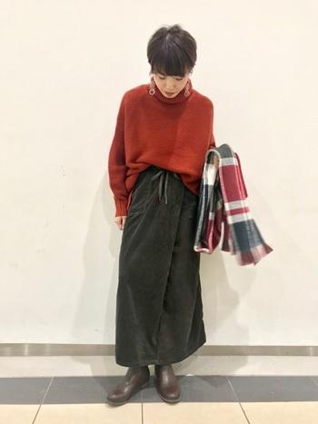 サイドゴアブーツは癖がなくシンプルなブーツなので、赤や青などの派手めなカラーのお洋服ともマッチ。むしろお洋服を良い塩梅で引き立ててくれる足元小物と言えますね。タイトスカートなどの女性らしいアイテムのハズしとしても大活躍。