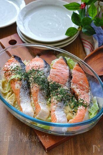 手に入りやすい甘塩鮭を使うと魚料理のハードルがグッと下がります。電子レンジ加熱+余熱で火を通すのでふっくら柔らか。コクがあるのにさっぱりいただける合わせ調味料が味の決め手です。