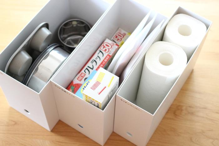 縦に長いものは、ファイルボックスに立てて入れるとスッキリします。大きめの焼き型なども縦に入れたらスッキリしまえます。一方、長すぎるサランラップは横に寝かせて。しまいたい物に合わせて収納グッズを工夫して合わせてみましょう。