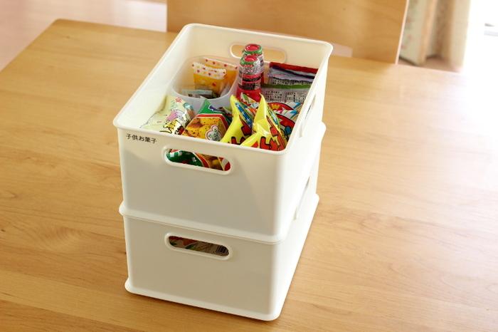 こちらのブロガーさんのように、こまごましたお菓子はまとめてボックスにしまっておくと、選びやすくて子供も喜びそう。また、スタッキングできるものだとデッドスペースも減らせます。戸棚の中に高さがあるときには、空間を無駄なく使えるように、スタッキング面も意識してボックスを選んでみてください。