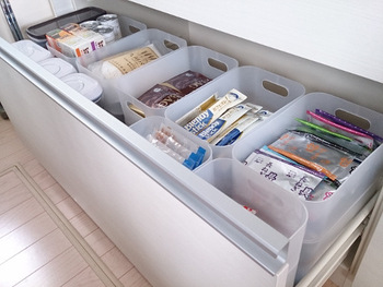 ごちゃごちゃしがちな引き出しも、ボックスなどを使って整理するとものが見つかりやすくなります。こちらのブロガーさんのように、白や半透明のボックスだと見栄えもアップ。ストックしたい個包装の食品などは、外箱から出して入れておくと余分なスペースを節約できます♪