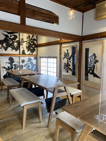 木の温もりが感じられる店内には、ダイナミックな書が飾られています。実はこのお店、書道家の武田双雲氏が結成した「TEAM地球」がプロデュースする創作お味噌汁専門店なんです。