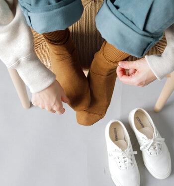 ほっこり暖かいカラーのマスタードは、白スニーカーとの相性抜群!冬らしい足元が簡単に完成します。たくさん歩きたい時やアウトドアシーンでも大活躍しそうな組み合わせ。