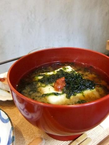 あっさりとしたのがお好みなら、なめらかなお豆腐と海苔、梅干しが入った「いつもと違ういつもの豆腐のおみそ汁」がおすすめ。おにぎりや煮卵などと組み合わせてセットでいただきたいですね。