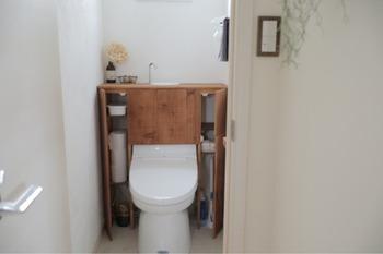 DIYで棚を作って、トイレットペーパーを収納。こちらのお家ではタンクレス風に見えるよう、トイレを覆う形で収納棚が作られています!トイレットペーパーだけでなく、掃除道具を収納したり、上にちょっとした小物を飾ったりもできて、見違えるほどおしゃれに。