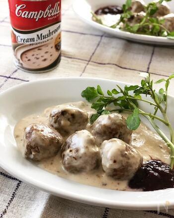 スウェーデンの定番家庭料理といえばミートボールですよね。アツアツのクリーミーなソースをたっぷりかけていただけば、体の芯から温まること間違いなし! お好みで甘酸っぱいベリージャムをつけると、とても良いアクセントになりますよ。