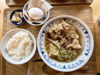 期間限定の「すだちと黒胡椒のごちとん豚汁」といった個性派メニューもあり、何度訪れても新しい味に出合えるのが魅力。納豆や海苔を追加した定食は、古き良き和食のおいしさをしみじみと感じられます。