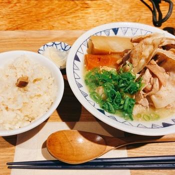 野菜もお肉もたっぷり食べられる「山盛りごちとん」は、炙った豚しゃぶがこんもりとのったボリューミーな一杯です。九州の麦味噌ベースのスープで煮込んだ大根やにんじんがホクホクやわらかで、食べ終わる頃には体の芯までぽかぽかに。