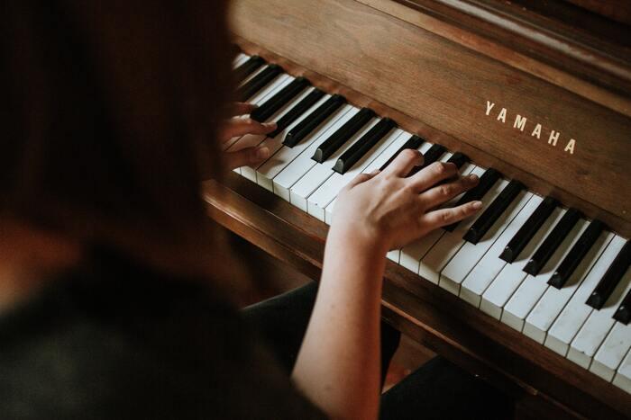 楽器の演奏はある程度の練習を積まないと習得できない技術です。人前で演奏できるくらいの腕前があれば、多くの人から認められる素晴らしい特技だと言えるでしょう。また、違う楽器と一緒に演奏したり、コーラスの伴奏をしたりすることで人とのコミュニケーションも図れます。