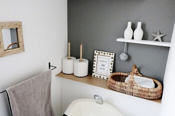 おしゃれなペーパーホルダーは、なんとセリアのキッチンペーパー用のもの!海外風の素敵なインテリアに見えますね。上の写真と同じトイレですが、剥がせる壁紙やインテリアの組み合わせを変えてこんなに楽しめます♪