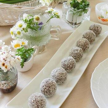 コーヒーと一緒にいただきたいバニラ香るチョコレートボール。混ぜ込まれたオートミールや表面にまぶしたココナッツファインで、さまざまな食感を楽しめます*