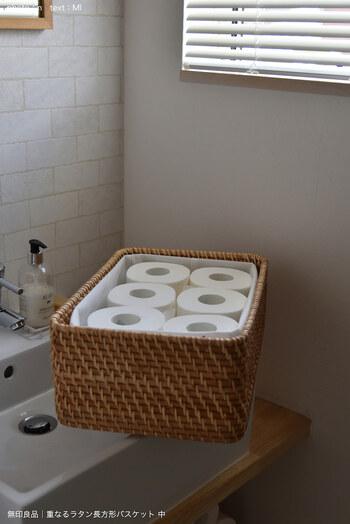 サイズや紙質によっては、カゴから出し入れする時にトイレットペーパーが引っかかってしまうことも。そういった場合は、不織布など柔らかい素材のケースを中に入れることで解決します。