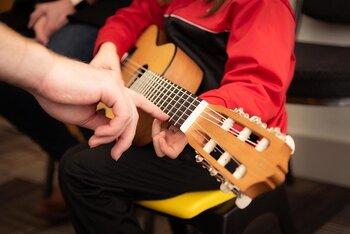 趣味の範囲で楽器の演奏をしているだけでも、特技として活かすことは十分可能です。例えば初めて楽器に触れる人に指導する場合は、教える側にプロ並みの技術がなくても大丈夫。レッスン料をもらうことに抵抗を感じるなら、ボランティアから始めてみるとよいでしょう。