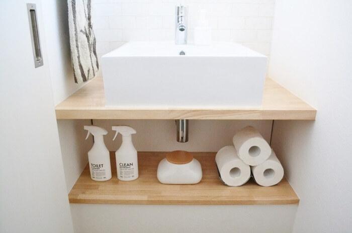 こちらのお宅で使っているのは、トイレットペーパー専用のトレイ。3つ重ねて置くことができ、取り出すのも並べるのも簡単!シンプルですが、すっきりオシャレに見せてくれる便利アイテムです。
