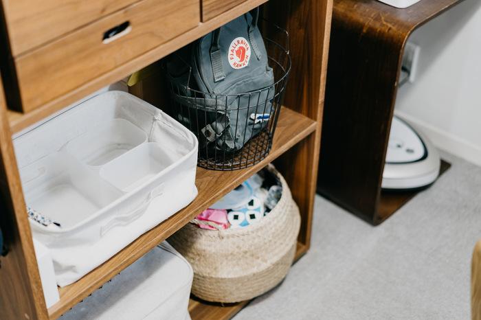 すでに家にある棚の一角を子供用のスペースにする、という手も。見せても大丈夫なものと隠したいものを上手に配置すれば、生活感を出さずにお部屋に馴染ませることができます。