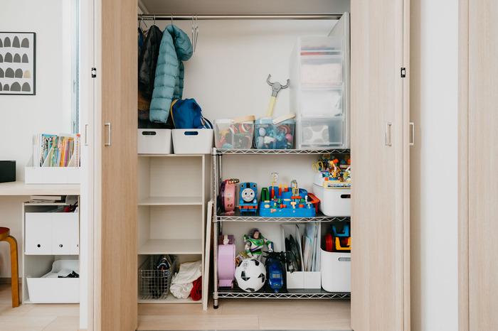 子供のアウターやリュックなどはカラフルなものが多く、出しっぱなしだとごちゃごちゃして見える原因にも。扉付きのクローゼットや押入れの中に収納しておけば、普段は開けっ放しにしておいて、隠したいときだけ扉を閉めることができます。