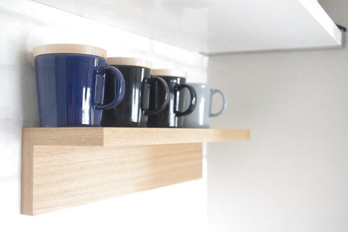 マグカップなどは、オープン棚に並べるのもおすすめ。こちらのブロガーさんのように、木蓋などをのせておけば、上向きに置いても中にホコリが入るのを防げます。コースターなどをかぶせておいて、一緒に使うのも良いですね♪