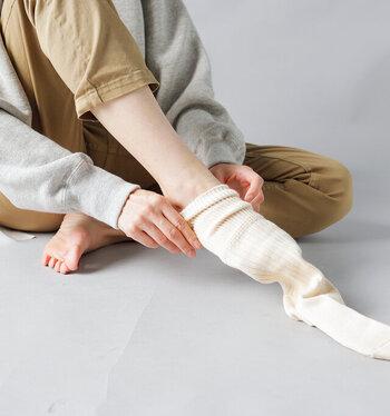 暖かくておしゃれがマスト。素材と色で楽しむ「シューズと靴下」の合わせ方