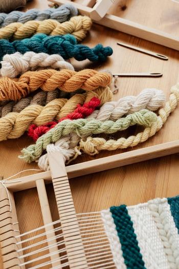 手織りの糸はどのような糸を使えばいいのでしょうか。作る用途によってそれぞれ違いますが、一般的なところでは、レース糸やコットン糸を、今の時期なら毛糸がおすすめです。細すぎると織るのに時間がかかるので、太めのものにしましょう。