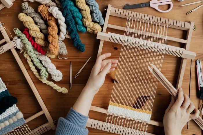 自宅で気軽にできる機織り機が、国内外各社から販売されています。自分に合ったものを見つけてぜひチャレンジしてみてください。