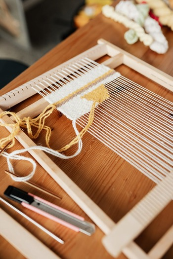 実際に手織りとはどのようにして行うのでしょうか。糸をたくさん張り巡らせて大変そうと思うかもしれませんが、手順を覚えれば意外と簡単です。