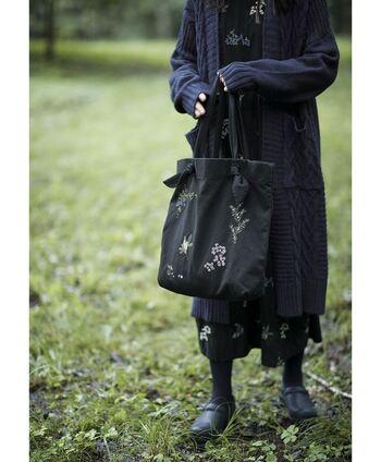 シンプル派の方におススメしたい、木の実の刺繍が可愛いバッグ。さりげない刺繍のデザインは、主張しすぎないものの存在感がしっかりとあり、見ているだけでもウキウキ気分に。ベーシックな色味なのでどんなコーデにも似合いますね。