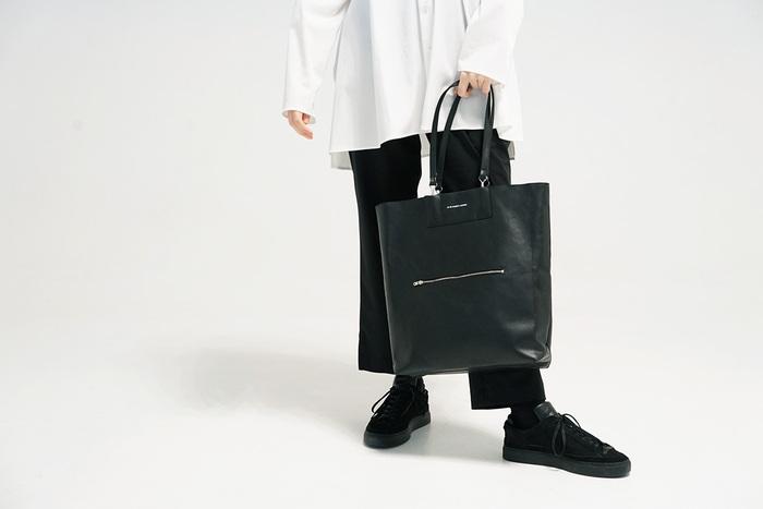 仕事の時、お買い物の時、友達とランチに行くとき、それぞれのシーンで定番のバッグをお持ちではないですか?バッグはコーデの印象を左右しやすいアイテムの1つでもあります。洋服をリニューアルするのも素敵ですが、最初は小物から変えてみるのも良いかもしれません。黒のシックで合わせやすいバッグは、ノートPCもすっぽり入るのでお仕事にもぴったり。