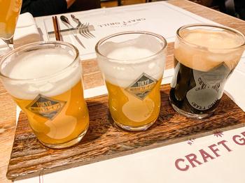 日本各地で作られた樽生クラフトビールや、クラフトジン、クラフトsakeなどお酒のラインナップも充実。  飲み比べセットなどもあるので、オムライスのお供にするのもおすすめです。大人ならではの、オムライスのいただき方ですね。