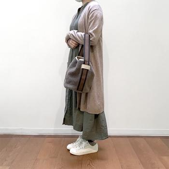 ファーなどの季節感のあるバッグを楽しみたい方は、ボアのバッグはいかがでしょうか?お手入れも楽ですし、服に毛が付くこともありません。シーズンもののバッグは形を冒険してみても楽しいです♪