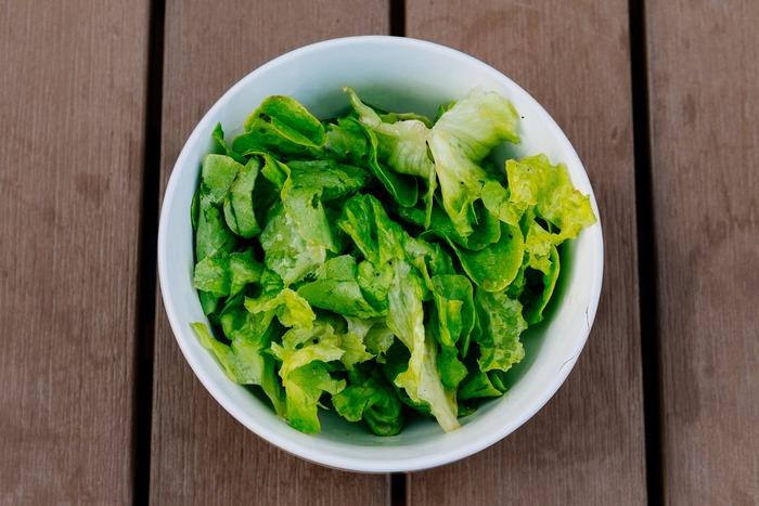 生で食べる場合は、葉を一枚一枚はがし、葉を立てるように水につけることでパリッとした食感が楽しめます。レタスは包丁で切らないのがポイント。刃物で切ると細胞が切断されてしまうので、空気に触れると断面が変色します。手でちぎることで、細胞が空気に触れにくく変色しにくくなります。また、手でちぎることで断面が増えるので、ドレッシングが絡みやすくなるというメリットもあります。