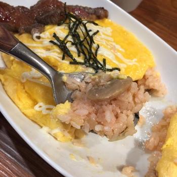 もう一つの人気オムライスが明太ピラフオムライス。中のライス部分がつぶつぶの明太子を使った和風オムライスです。ケチャップではなく、マヨネーズと細切りの海苔がかけられています。  ぷちぷちとした食感ととろりとした卵がよく馴染んで、すいすい食べられてしまいますよ。いつもとは違うオムライスが食べたいときにおすすめです。