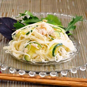 ツナのコクと塩レモンのうまみをからませたそうめんサラダは、夏でなくてもさっぱり楽しめる美味しさです。野菜は、冷蔵庫にあるサラダで使える物であればなんでもOK◎