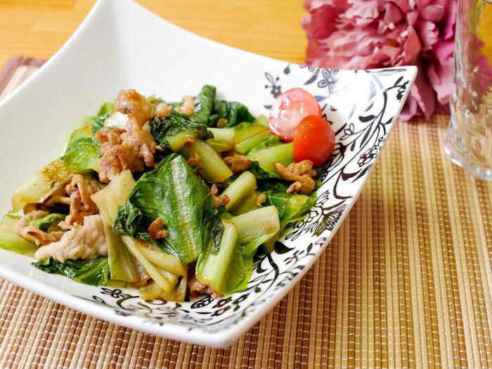 豚こま肉とロメインレタスを炒めて、こってりとした生姜焼き風の味付けに。白いご飯が進む味です。