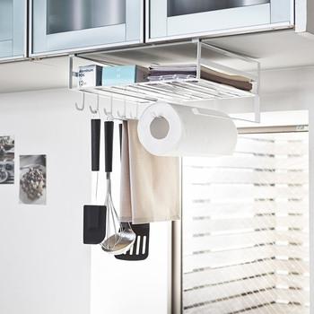 こちらは、ペーパーホルダーだけでなく調理器具なども収納できる、吊り戸棚用の多機能ラックです。戸棚の下のスペースに余裕があるときには、戸棚の中や引き出しの中のものを出してスペースを節約できるので便利♪