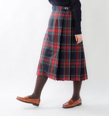 軽快に着こなせるひざ下丈のキルトスカート。ブリティッシュの伝統的なチェック柄なので、身に着けるだけでコーデがワンランクアップしますね。こちらは先ほどご紹介したO'NEIL OF DUBLINのaranciato別注アイテム!