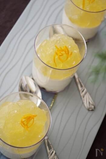 生クリームもクリームチーズも不使用なのに、豆乳やヨーグルト、そして塩レモンを足すことで、チーズのような味わいのムースに。上にレモンゼリーをのせて、美しい二層のスイーツにします。